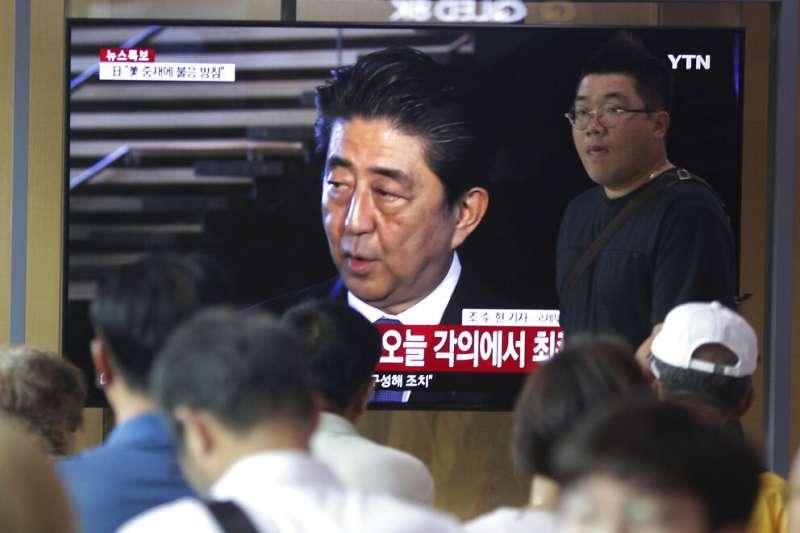 2019年8月2日,日本將南韓踢出貿易優待白名單外,南韓人觀看日本首相安倍晉三接受採訪的電視畫面。(AP)