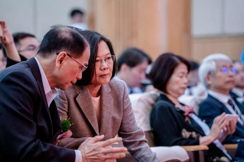 總統蔡英文(左二)3日出席「第12屆崇越論文大賞頒獎典禮」,主辦單位台灣管理學會創會理事長游錫堃(左一)也出席。(取自蔡英文臉書)