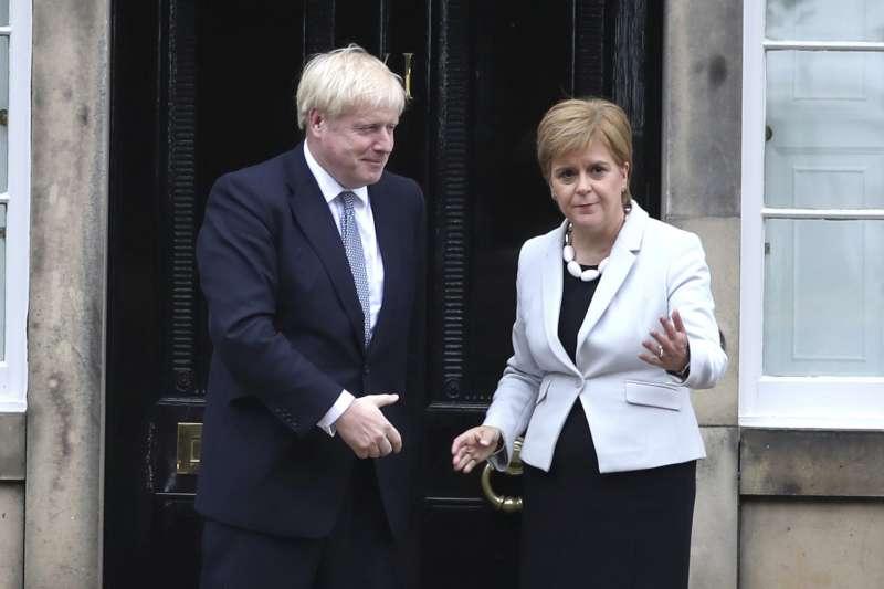 英國首相強森(Boris Johnson)與蘇格蘭首席部長史特金(Nicola Sturgeon)(AP)