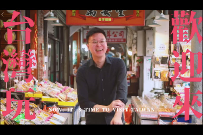 民進黨副秘書長林飛帆(見圖)率領黨內4位發言人,推薦各國遊客來台灣觀光。(擷取自民進黨臉書影片)