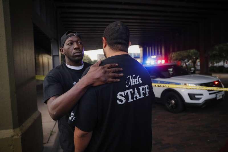 美國頻頻發生大規模槍擊慘案,一般民眾只能自求多福(AP)