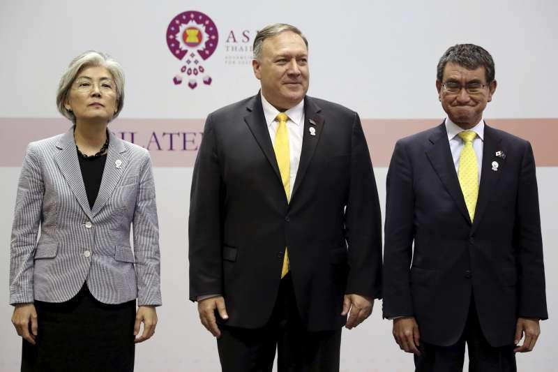 美國國務卿龐畢歐(中)日前在曼谷與日、韓外長召開三方會談,但未能化解僵局,3人合照時,南韓外交部長康京和(左)、日本外相河野太郎不僅表情嚴肅,甚至並未握手。(AP)