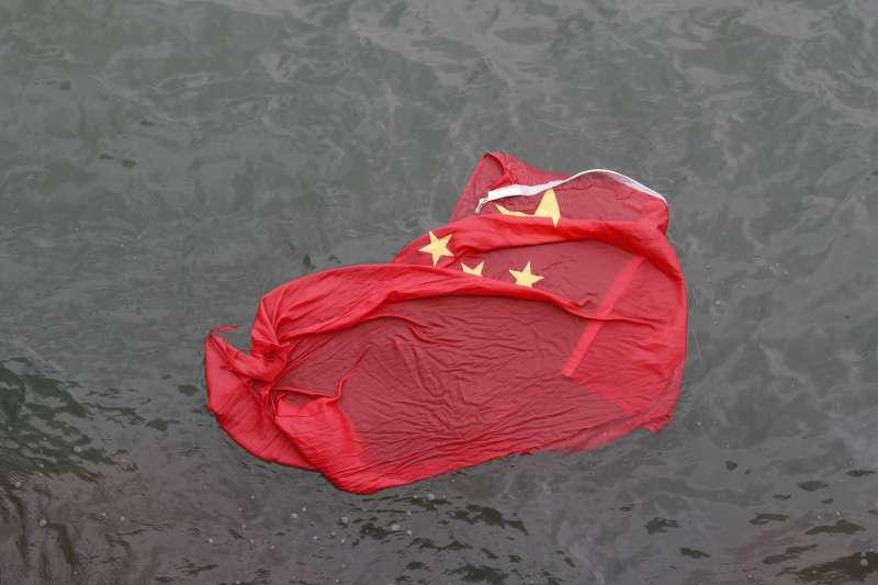 2019年8月3日,香港反送中示威者將五星旗扔入海中(美聯社)