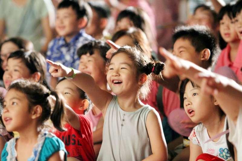 針對近來遭台中市政府質疑有政治色彩,紙風車劇團總監李永豐6日表示,「我絕不中立,我一生努力都倒向孩子。」(紙風車文教基金會提供)