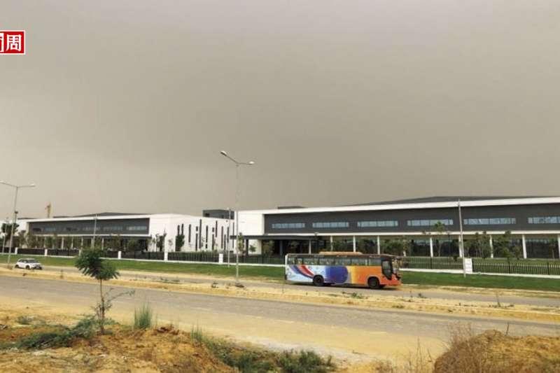 在塵土飛揚、看不見藍天的大諾伊達地區,Oppo新廠占地1,000畝,它不只自己來,還拉了一大串供應鏈來,緊鄰土地仍大興土木,也會是另一家中資工廠。(攝影者.楊文財)