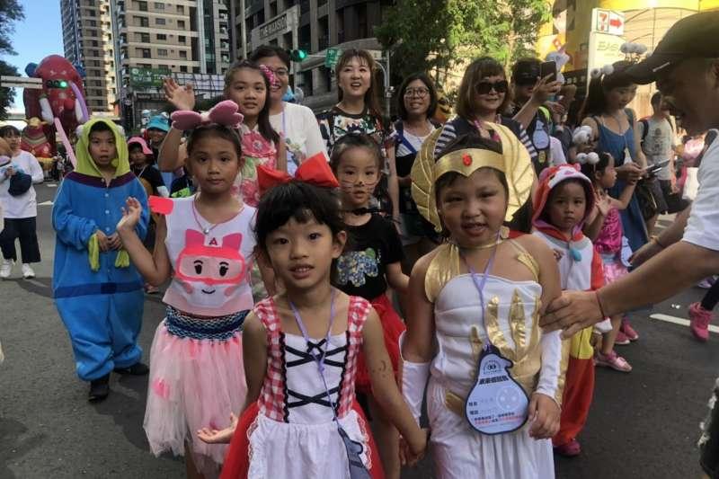新北市兒童藝術節「未來怪獸島」歡樂變裝大遊行,昨(4)日在新北市政府周邊盛大登場,首度擴大市民參與,吸引眾多家長攜家帶眷參與。(圖/新北市文化局提供)