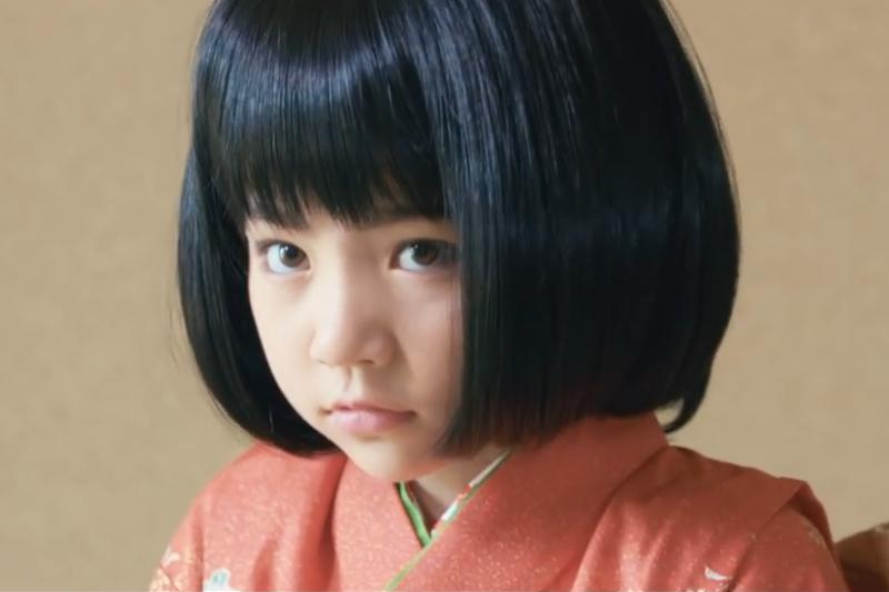 依日本傳說,如果你在家裡看到白粉或煤灰做的小腳印,或是明明沒有人的空房間卻傳出聲音、家裡的小孩對著空氣說話,或許你家裡,就有個座敷童子……(示意圖非本人/住宅ファイル制度@youtube)