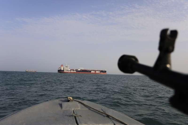 伊朗國營媒體4日表示,伊朗在波斯灣扣押了一艘伊拉克油輪,並拘留了7名船員。(AP)
