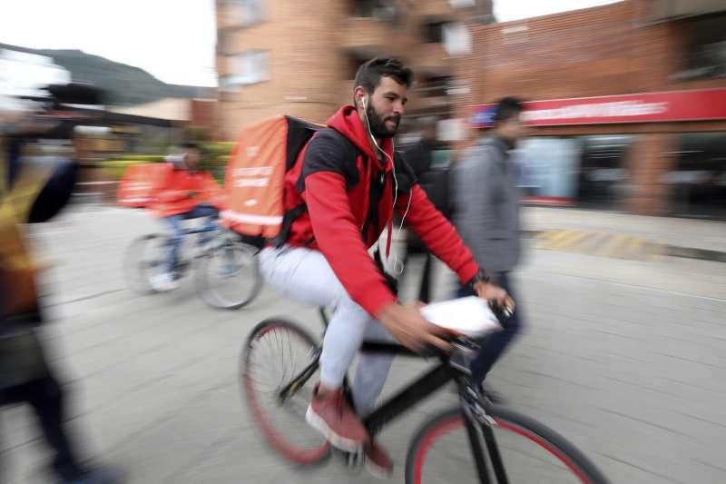 住在哥倫比亞波哥大的委內瑞拉移民羅梅洛擔任Rappi快遞員,每天工作15小時(美聯社)