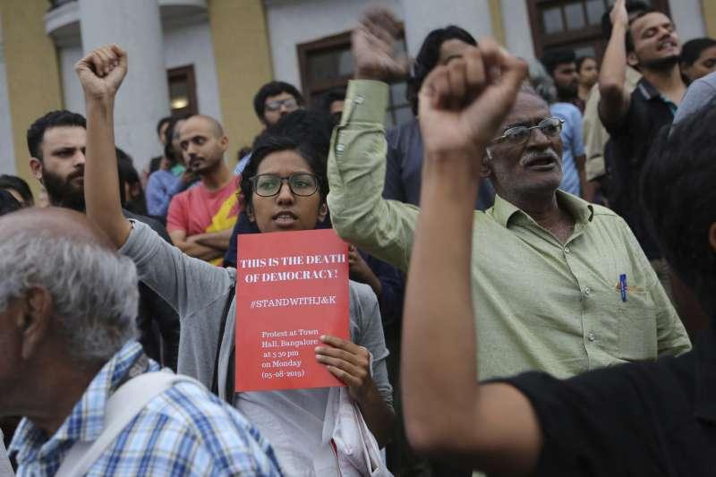 印度當局5日廢止查謨─喀什米爾邦的特殊地位,反對人士在邦加羅爾的街頭抗議此事(美聯社)