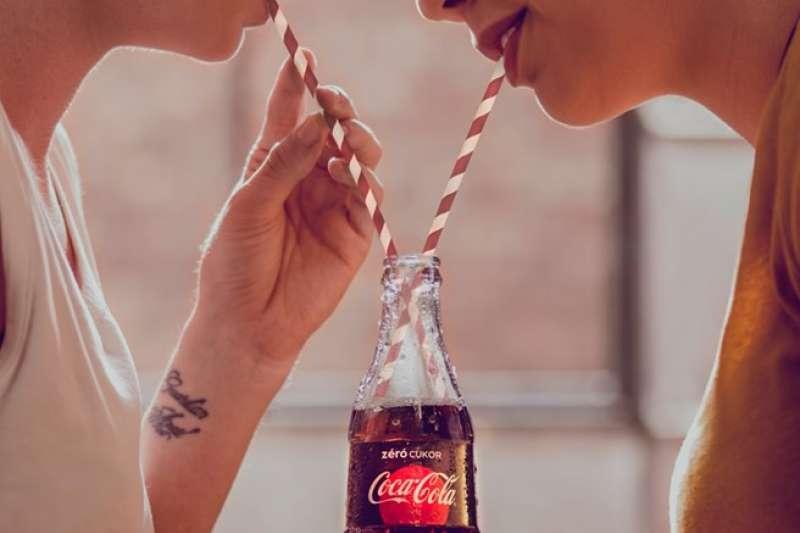 可口可樂 「平等的愛」(Love is Love)廣告系列照。(取自可口可樂官方臉書)
