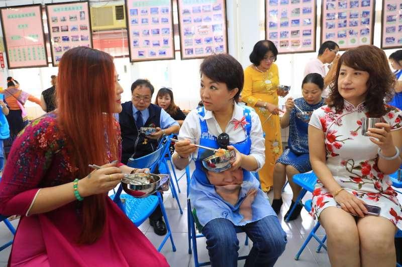 台中市長盧秀燕在大肚區召開市政會議後,跟當地新住民一起用午餐,面對面溝通了解需求。(圖/台中市政府提供)
