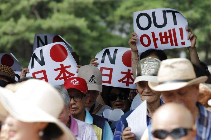 南韓民眾在首爾街頭抗議,要日本跟安倍晉三滾蛋。(美聯社)