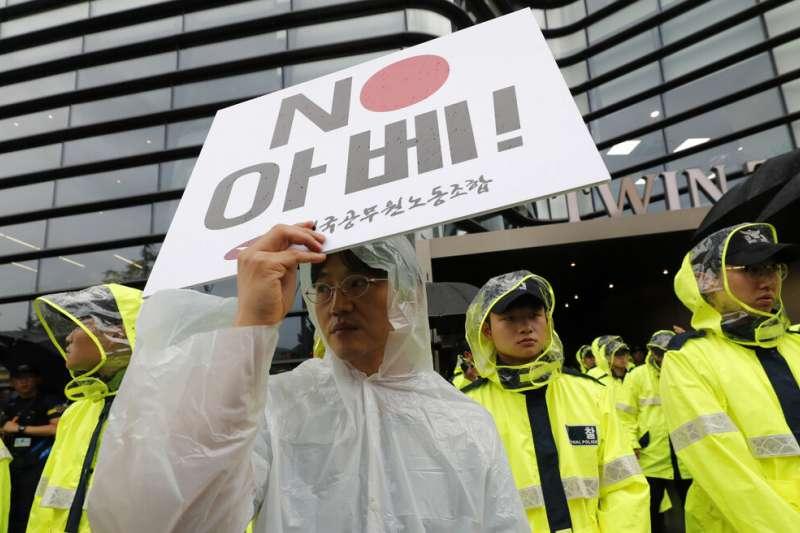 南韓民眾在首爾的日本大使館外抗議,要求政府廢止日韓《軍事情報保護協定》(GSOMIA)。(美聯社)