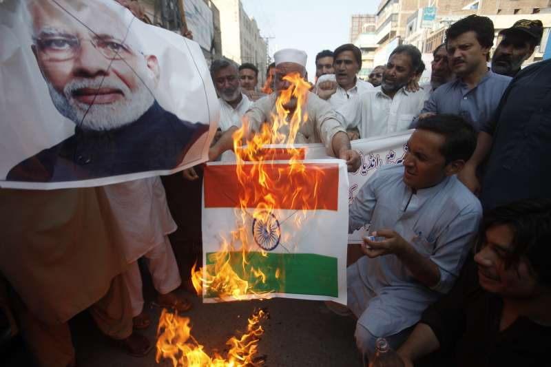 印度政府5日廢止查謨─喀什米爾邦70年的憲法特殊地位與自治權,巴基斯坦白沙瓦的憤怒民眾焚燒印度總理莫迪照片與印度國旗(美聯社)