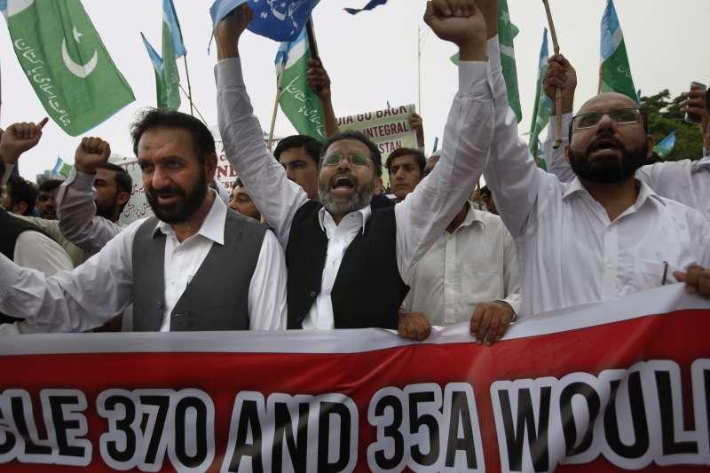 印度取消喀什米爾自治權,讓巴基斯坦首都伊斯蘭馬巴德的民眾上街抗議。(美聯社)