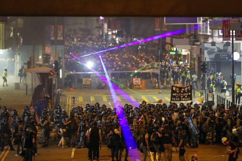 香港的「反送中」抗爭經常有民眾以雷射筆照射警方。(美聯社)