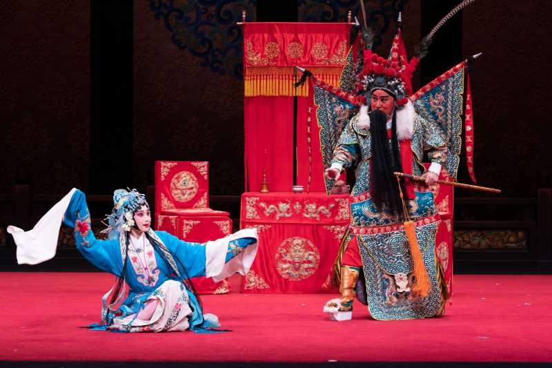 國光劇團重現的《斬經堂》中,老生唐文華飾演吳漢(右),青年旦角林庭瑜飾演蘭英公主(左)。(國光劇團提供)