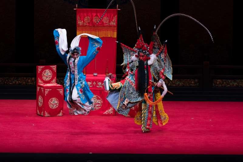 唐文華扮演的吳漢臉譜呈暗紅色,造型鮮明、嗓音渾厚。(作者提供)