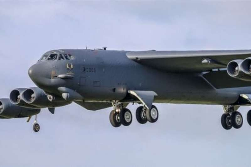 中程飛彈條約僅限制陸基飛彈系統,美國部署空中和海上發射的飛彈系統並不受限制。圖為可攜帶巡弋飛彈的美國B-52長程轟炸機。(BBC中文網)