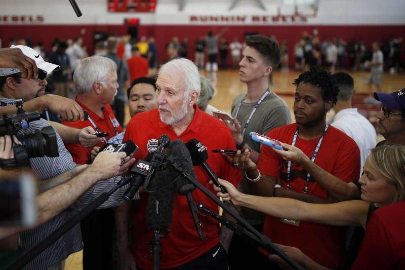 美國男籃總教練波波維奇與柯爾都呼籲官員正視槍枝的濫用問題。 (美聯社)