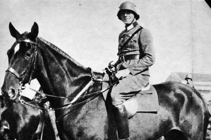 史陶芬柏格上校在看見納粹帶來的毀滅與災害後徹底覺醒,決心暗殺希特勒。(圖/維基百科)