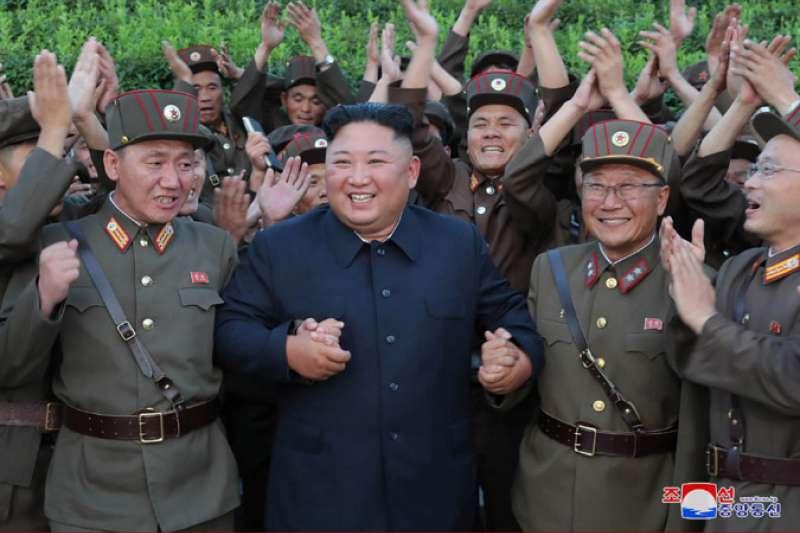 北韓成功試射KN-23(朝鮮版伊斯坎德爾飛彈)後,金正恩與官兵慶賀同樂。(朝中社)