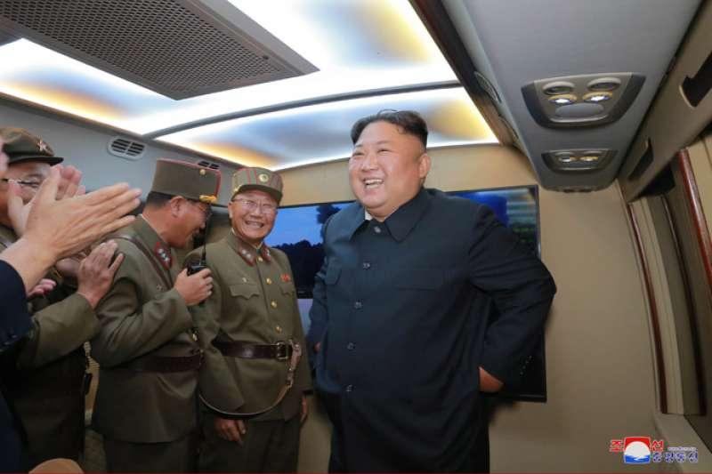 北韓成功試射KN-23(朝鮮版伊斯坎德爾飛彈),金正恩親自到場視察。(朝中社)