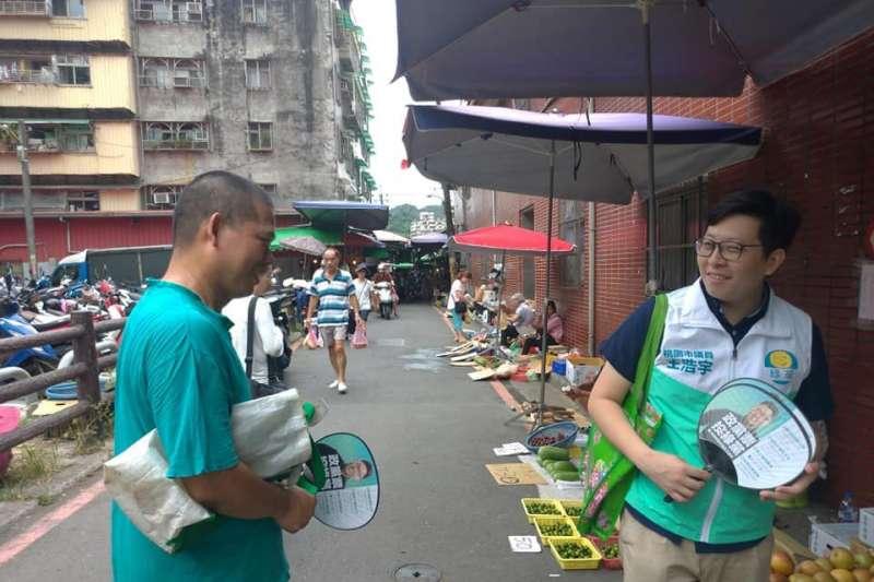 綠黨桃園市議員王浩宇(右)7日前往汐止掃街「試水溫」。(取自王浩宇臉書)