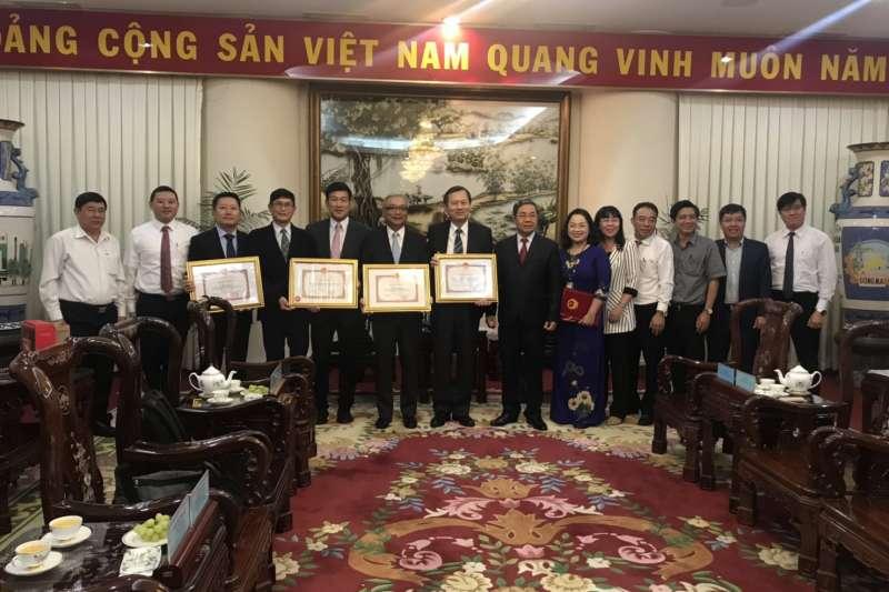越南同奈省副省長頒發感謝狀給台中榮總醫院醫療團隊,並由院長許惠恆代表接受。(圖/台中榮總醫院提供)