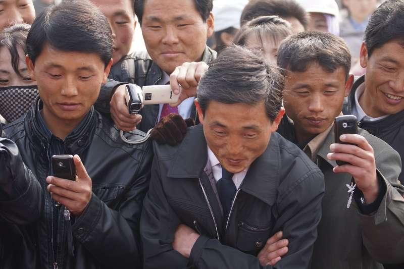 現今平壤民眾和亞洲其餘大城市民眾越來越相似:人手一支手機隨時隨地滑個不停,或是上網,或是玩「憤怒鳥」遊戲(北韓版本),或是發簡訊,或輕點幾下就訂好外送午餐。(圖/維基百科)