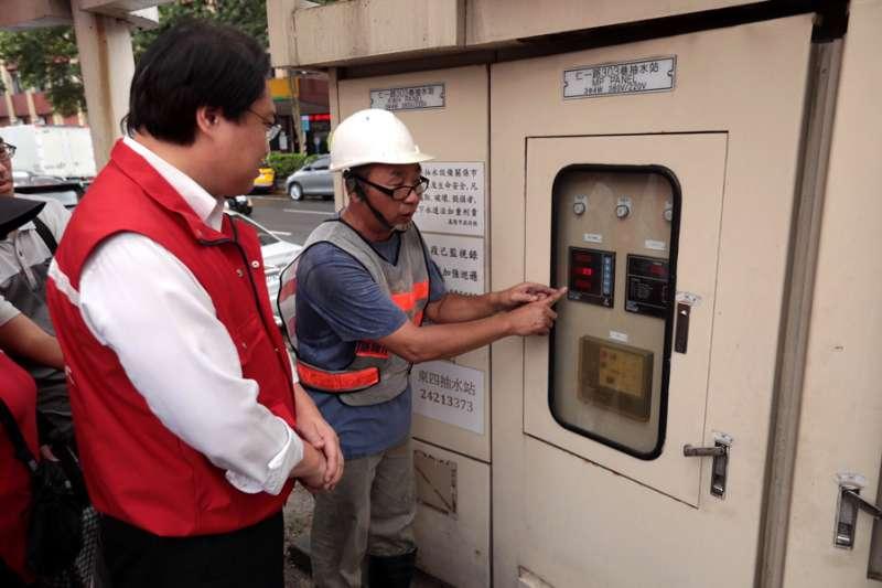 基隆市長林右昌到抽水站視察操作維護情形。(照片/張毅攝)