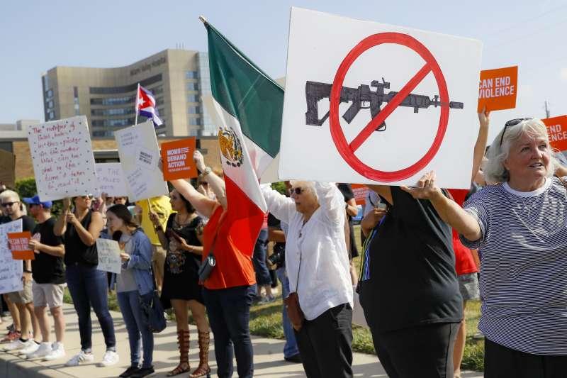 美國總統川普7日前往俄亥俄州代頓與德州帕索探望槍擊案傷者,所到之處卻都聚集抗議群眾。(AP)