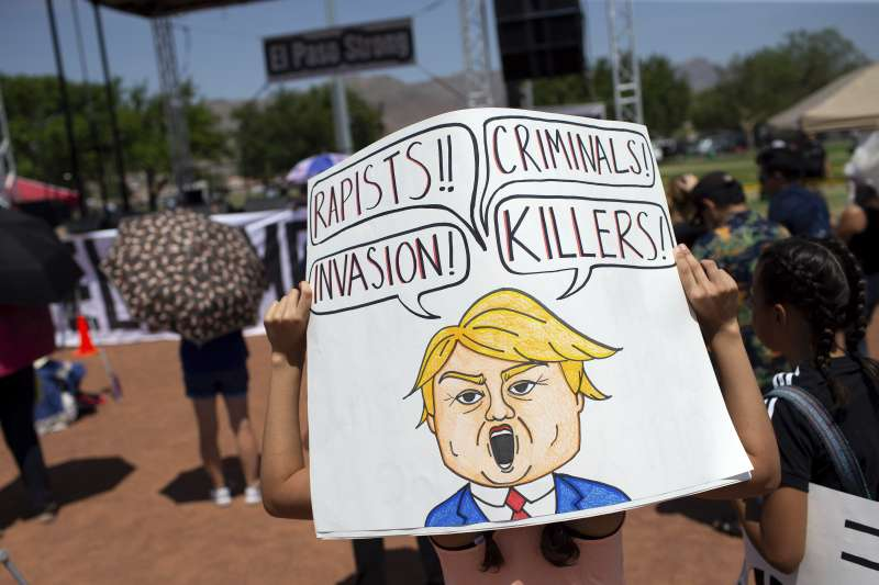 美國總統川普7日前往德州帕索探望槍擊案傷者,所到之處卻都聚集抗議群眾。(AP)