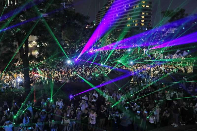 香港反送中浪潮延燒至澳洲,圖為示威群眾在香港拿觀星用雷射筆抗議(AP)