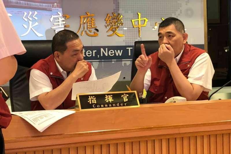 新北市長侯友宜(左)8日上午6時抵達市府災害應變中心,為突發強震造成後的後續災情做應對。(取自侯友宜臉書)