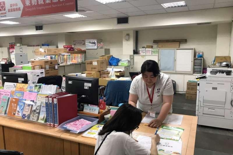 就服員小謝請小媛填寫有關青年穩定就業獎勵金資料。(圖/台中市政府提供)