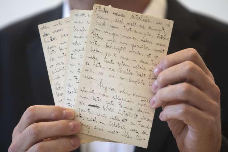 作家卡夫卡的最後一批手稿回歸以色列國家圖書館。(AP)
