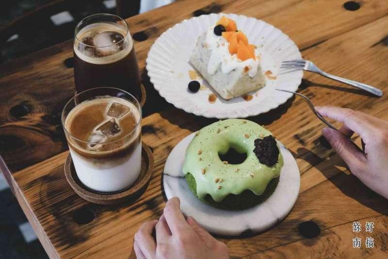 安平墨樂咖啡不定期推出新口味蛋糕,來訪客人往往會點上一塊以上戚風蛋糕(圖/妳好南搞)