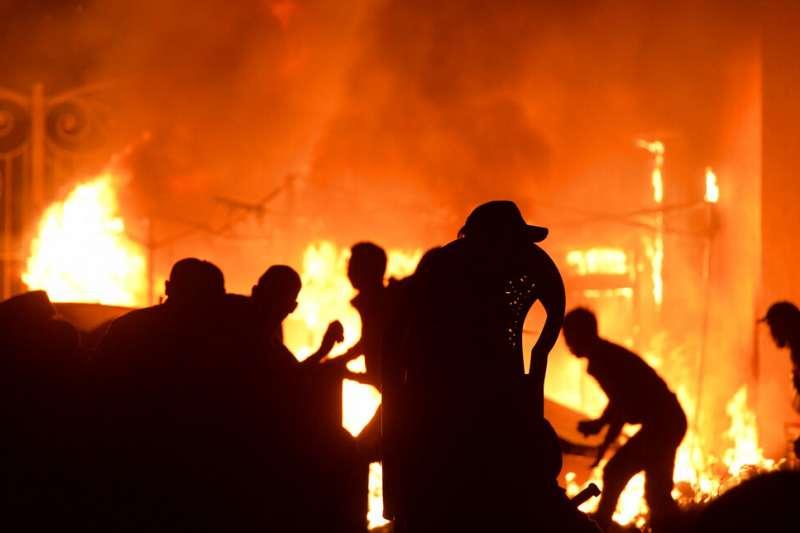 吉爾吉斯政府派出特種部隊,試圖逮捕前總統阿坦巴耶夫,但是遭到支持者強烈抵抗。(美聯社)