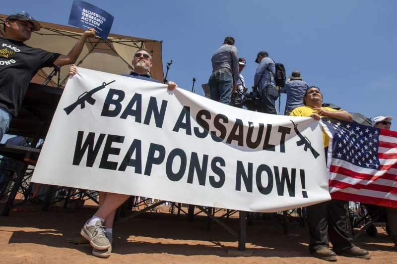 美國德州發生槍擊案之後,示威者要求加強槍枝管制。(美國之音)