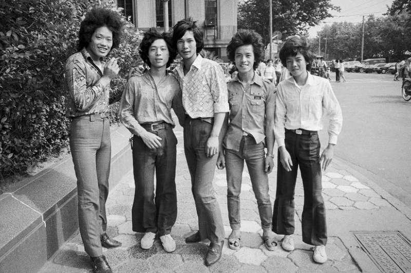 1985年,5位打扮前衛的年輕人在上海外灘。(BBC中文網)