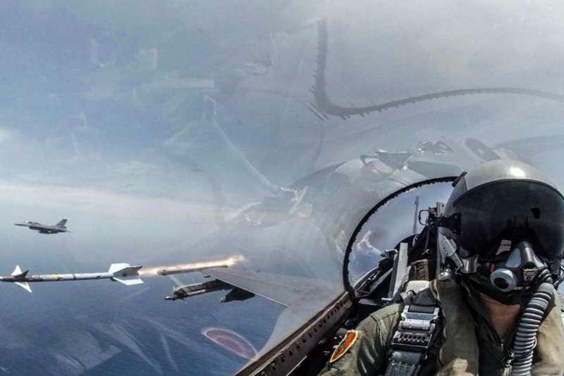 2019年5月22日臺灣海空聯合操演,F-16戰機發射響尾蛇飛彈。(美國之音)
