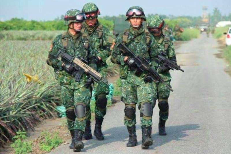 即將在明年立委選舉代表民進黨在台北市出征的吳怡農,34歲才放棄美國籍入伍當兵,還是在特戰部隊服役。(取自「壯闊臺灣 吳怡農」臉書)