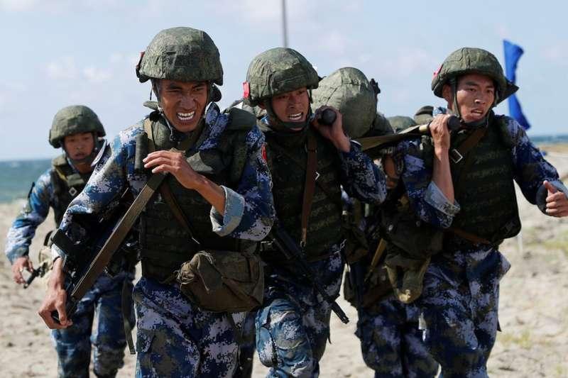 中國陸戰隊員在沙灘上模擬運送傷員。(BBC)