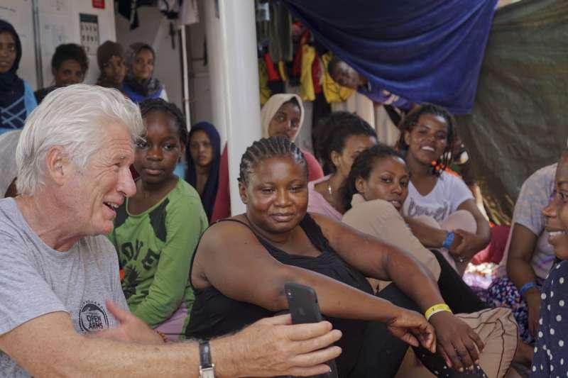 2019年8月9日,好萊塢影星李察吉爾登上救難船張開手臂號(Open Arms)探視難民,但難民問題至今無解。(AP)