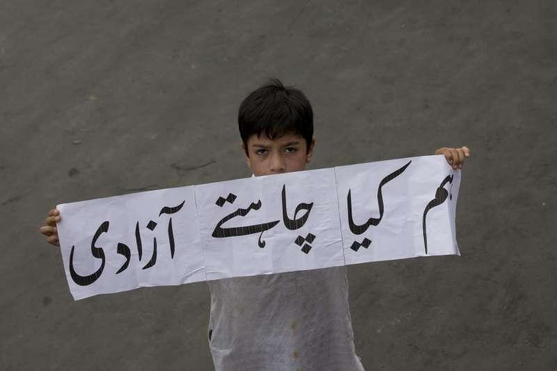 2019年8月,印度政府剝奪印屬喀什米爾特殊地位,收回大部分自治權,一個小男孩的抗議:「我們要的是自由」(AP)