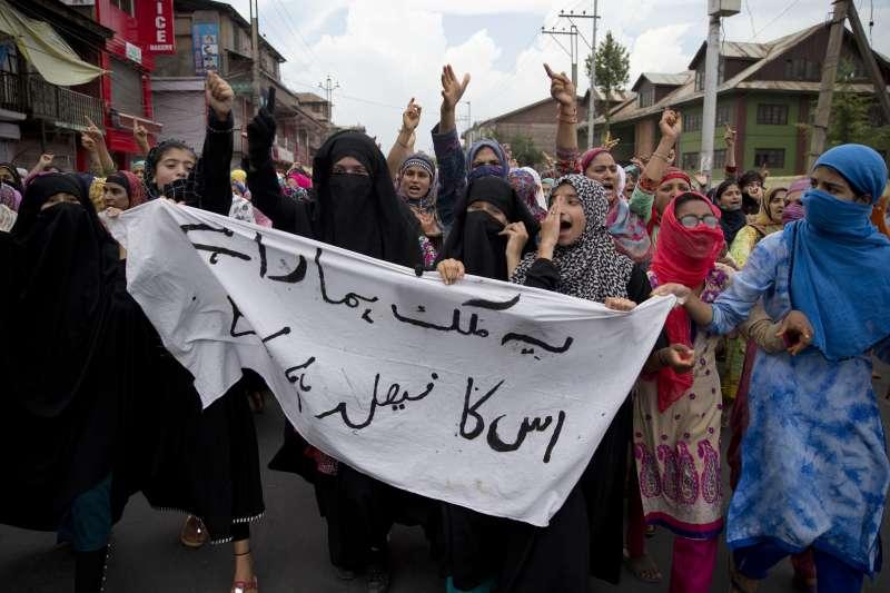 2019年8月,印度政府剝奪印屬喀什米爾特殊地位,收回大部分自治權,許多穆斯林女性走上街頭抗議(AP)