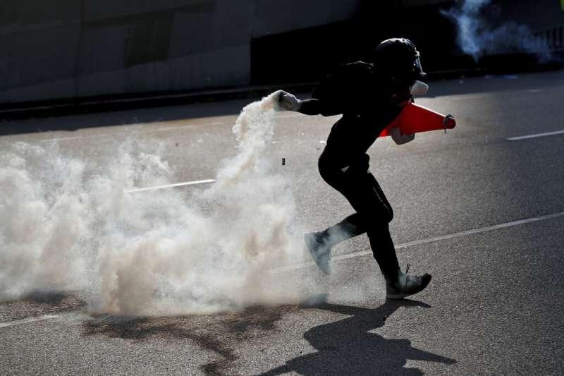 港警以催淚彈強勢清場,造成沿路民眾及外籍旅客身體不適。(美聯社)
