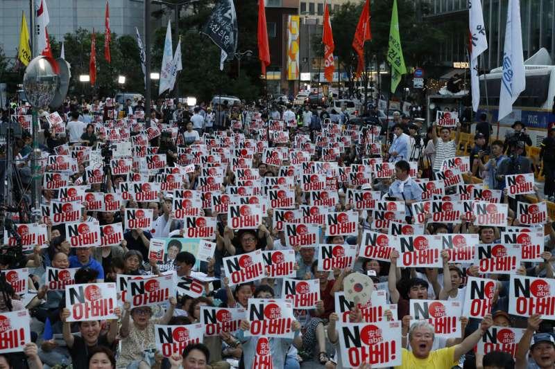 大批南韓民眾8月10日在首爾街頭抗議,他們手持「NO安倍」的標語,呼籲南韓政府取消日韓《軍事情報保護協定》。(美聯社)